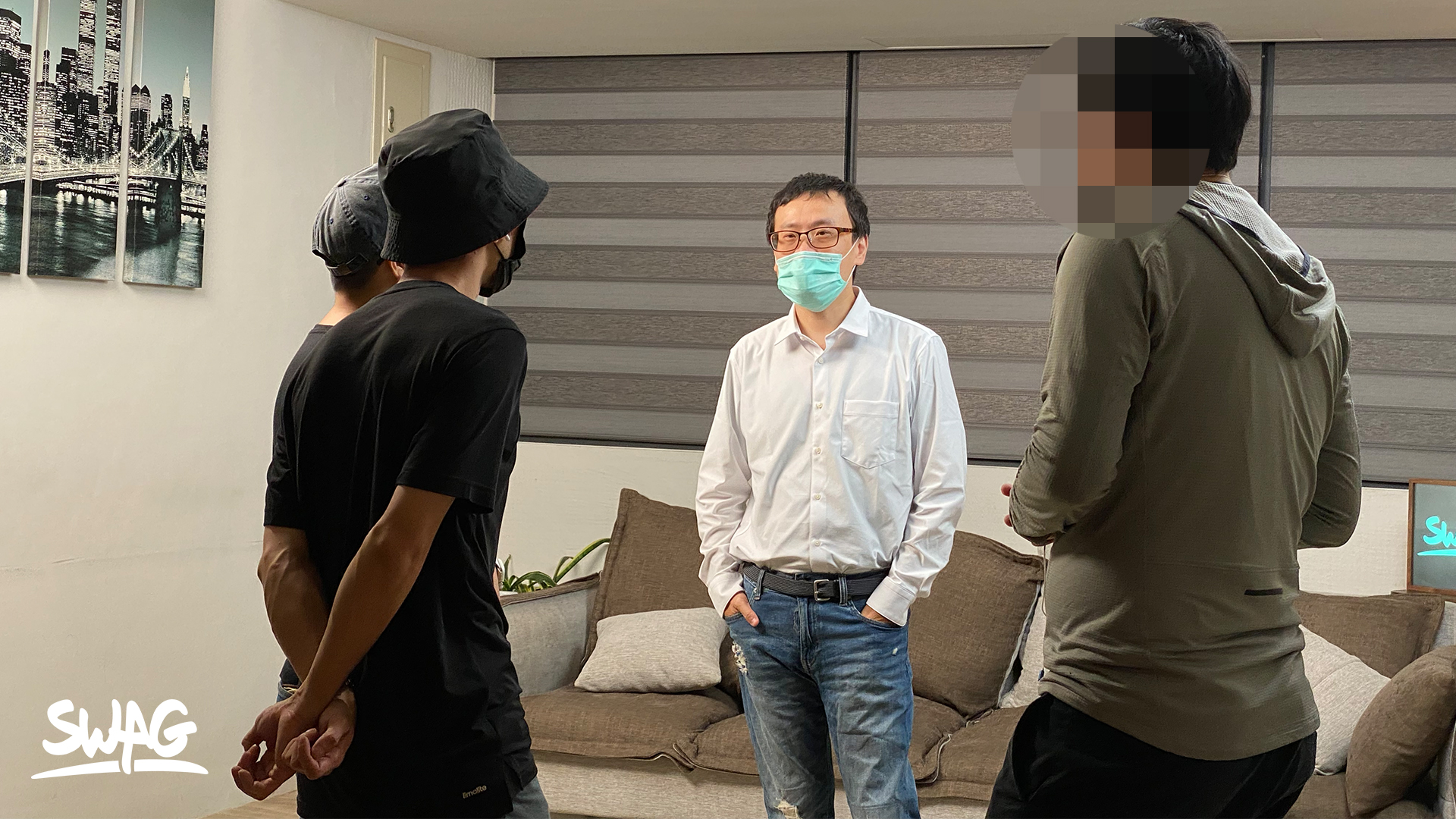 ▲身為影片監製的一劍浣春秋在現場與拍攝團隊討論該如何突襲娃娃。